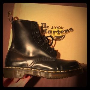 Dr. Martens Airwair. 8eye. Black leather.